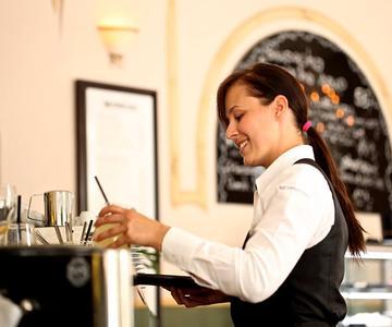 Cómo pedirle a una camarera que salga contigo