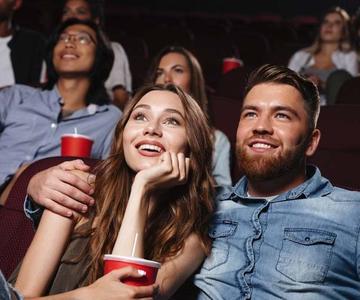 Consejos para las citas de películas: Cómo una visita al cine puede provocar un coqueteo serio