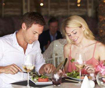 La guía de lo que se debe y no se debe hacer de la Sra. Petticoat para la primera cita en un restaurante